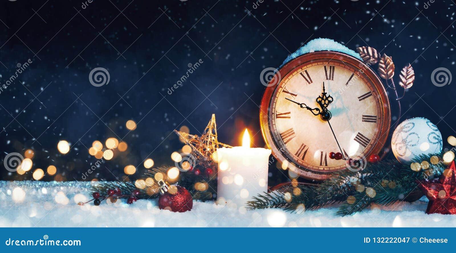 Orologio del ` s dell nuovo anno Decorato con le palle, la stella e l albero su neve