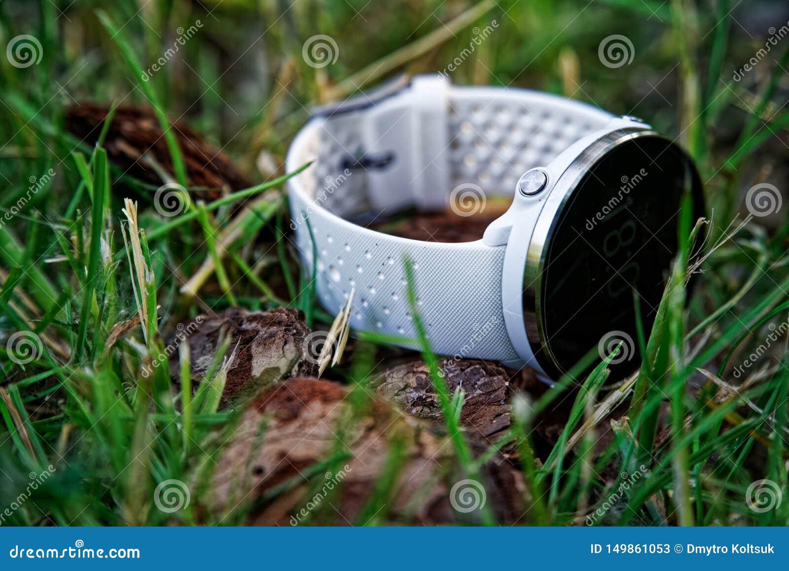 Orologio di sport per eseguire colore bianco sulla terra nell erba Orologio di forma fisica per addestramento quotidiano d insegu