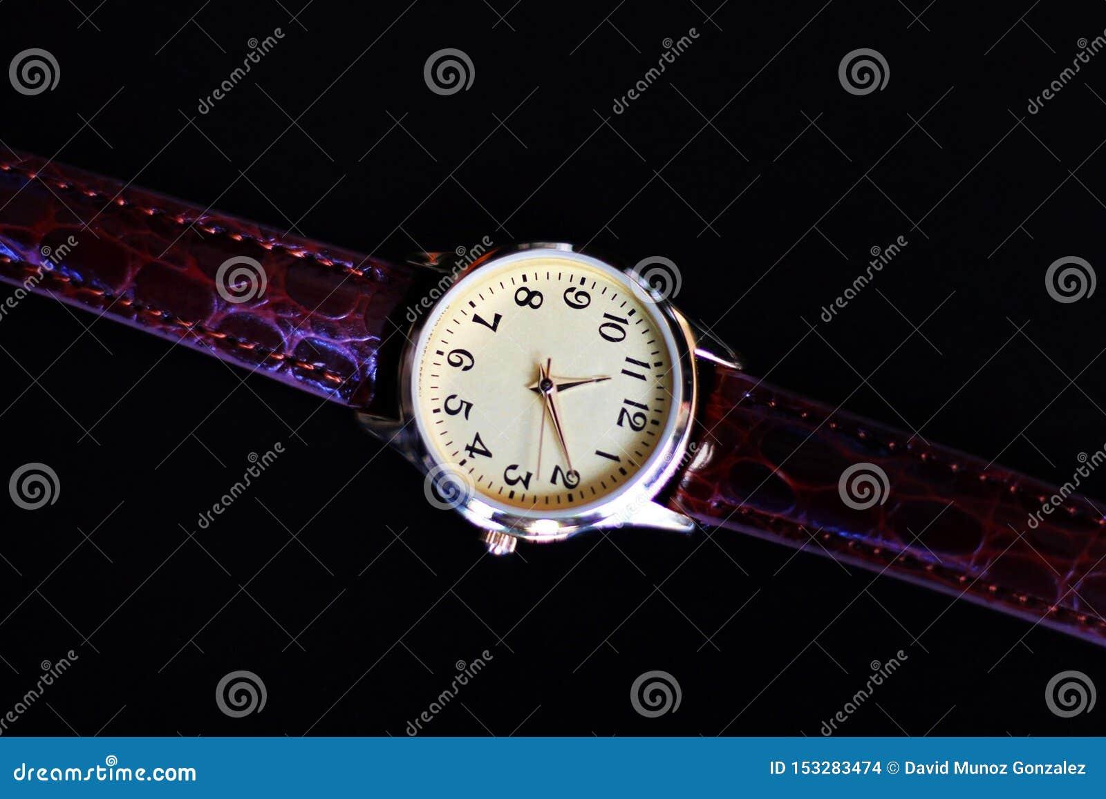 Orologio isolato del quarzo e dell oro con la cinghia di cuoio