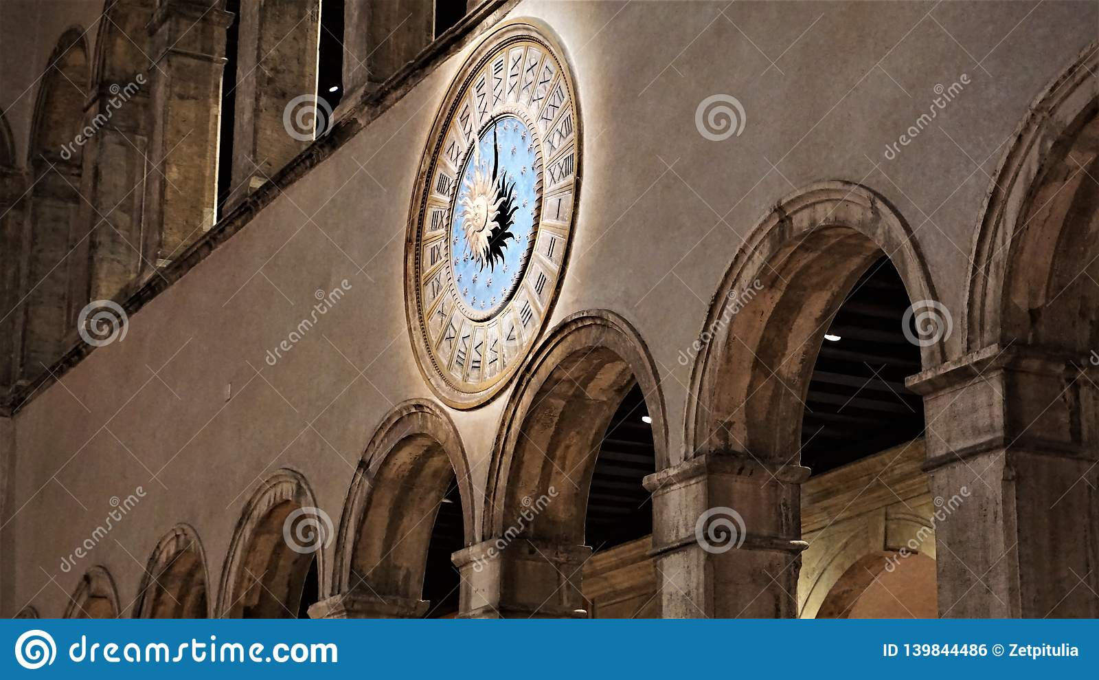 """Orologio romano in un grande magazzino veneziano """"dei Tedeschi """"Venezia, Italia di T Fondaco"""