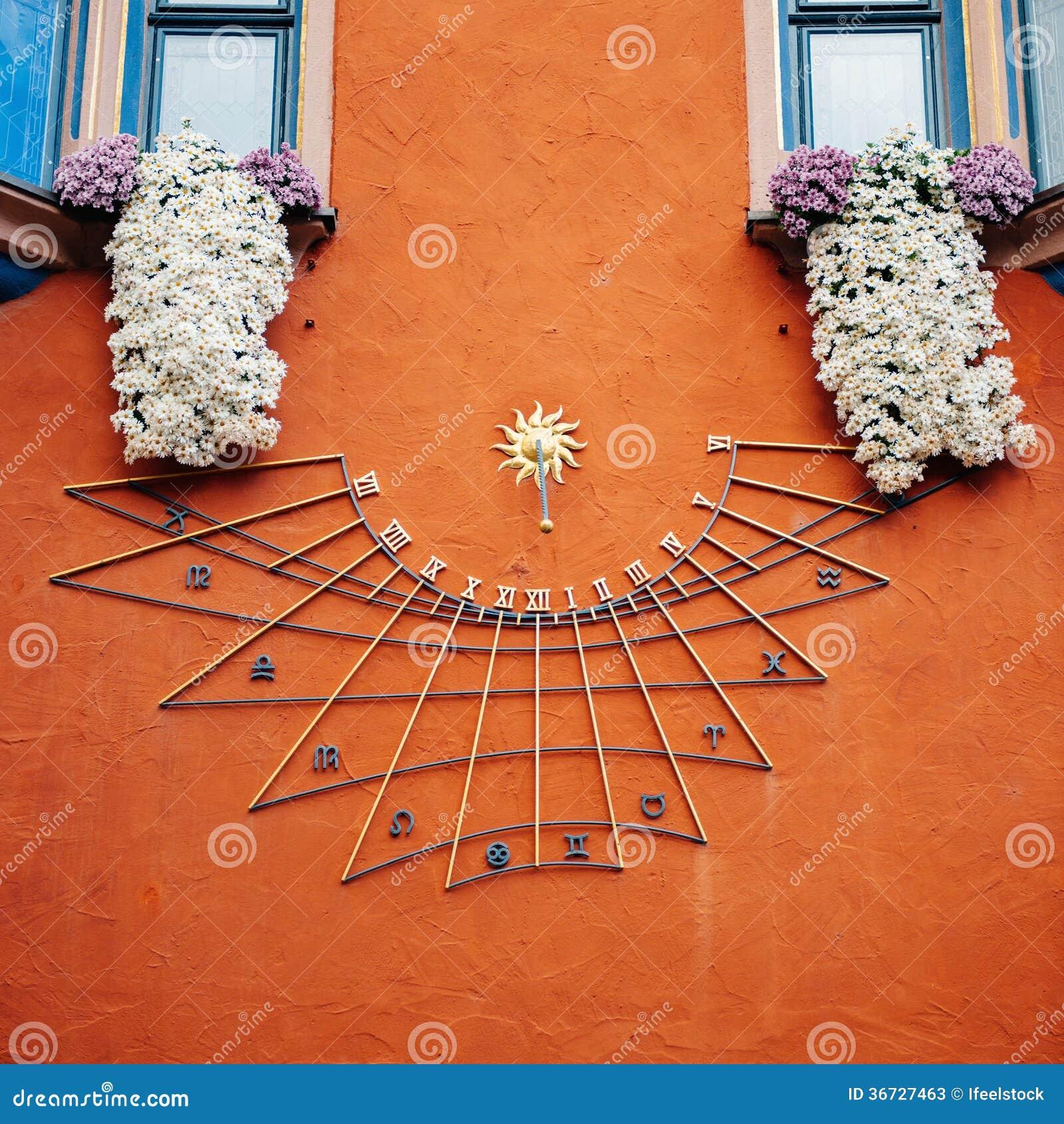 Orologio Con Pannello Solare : Orologio solare con zodiaco immagine stock di