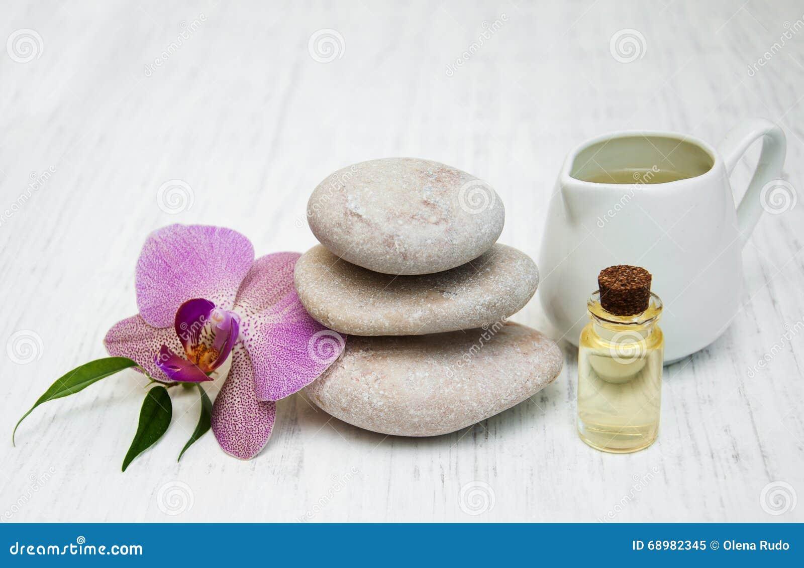 Orquídeas y piedras del masaje