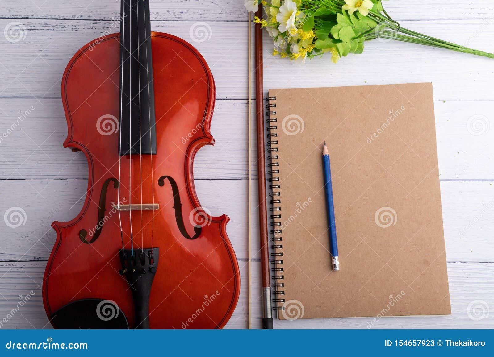Orquesta del violín del tiro del primer instrumental y cuaderno sobre la profundidad baja del foco selecto de madera blanco del f