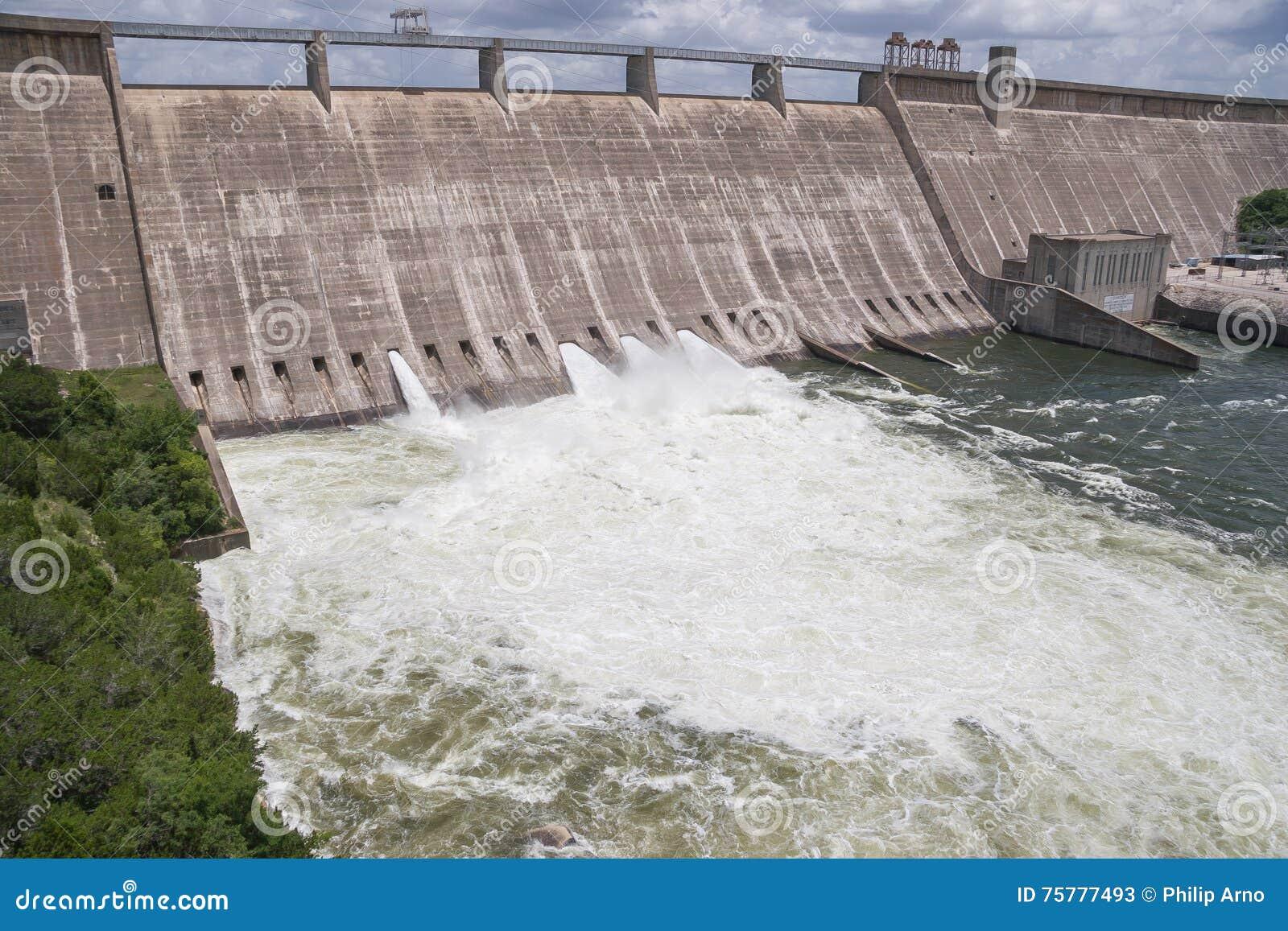 Orsakade men 3 öppna flodportar för strömförsörjning för turbulent vatten