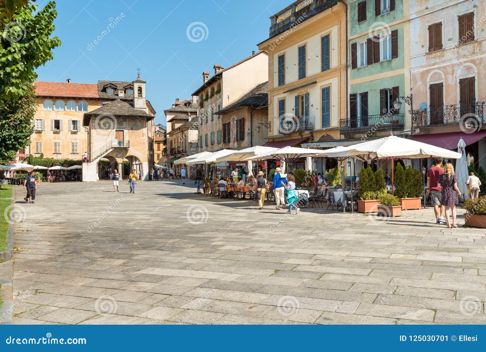 Orta San Giulio, Novara, Italien - 28. August 2018: Ansicht der historischen Mitte des alten Dorfs von Orta San Giulio, gelegen a