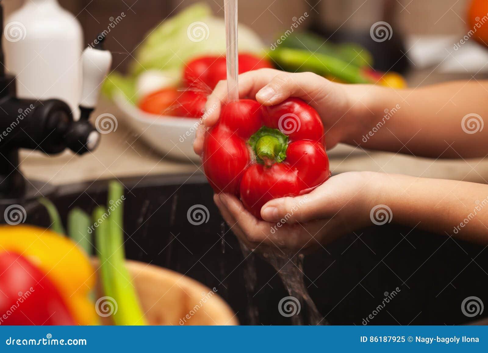 Ortaggi freschi di lavaggio per un insalata sana - il pepp rosso della campana