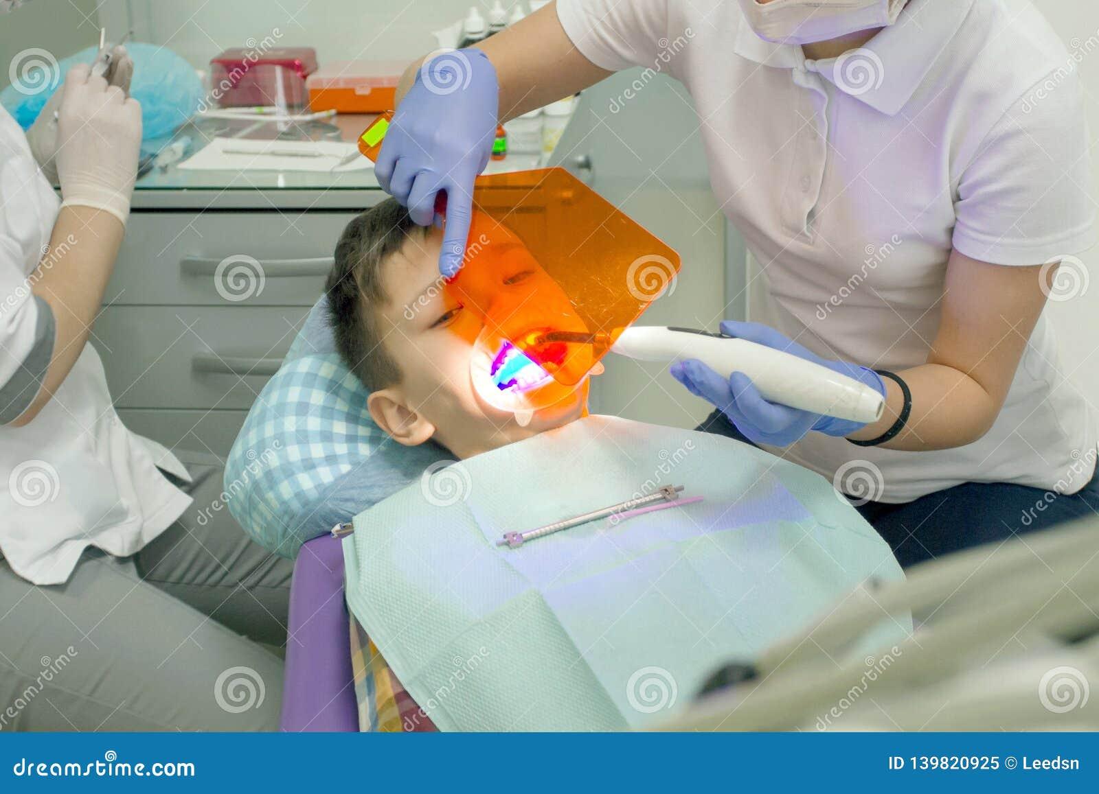 Orthodontist die jongensmond onderzoeken