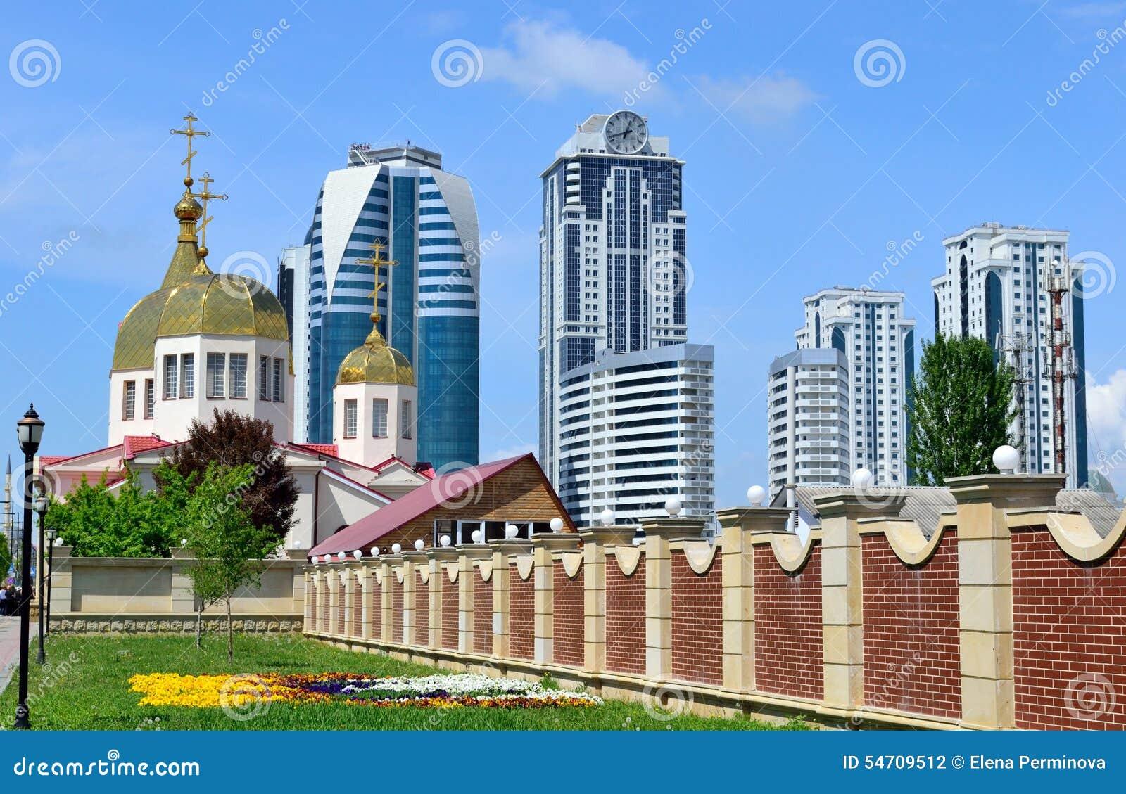 Orthodoxe kerk en high-rise gebouwen in de stad van Grozny binnen