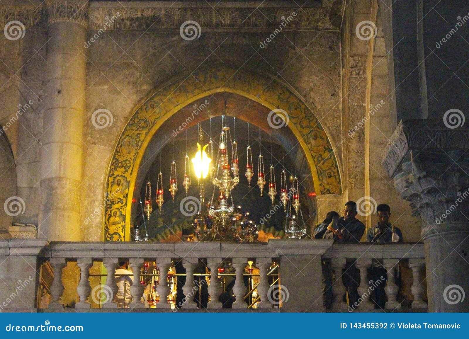 Orthodoxe priesters en pelgrims in de Kerk van het Heilige Grafgewelf