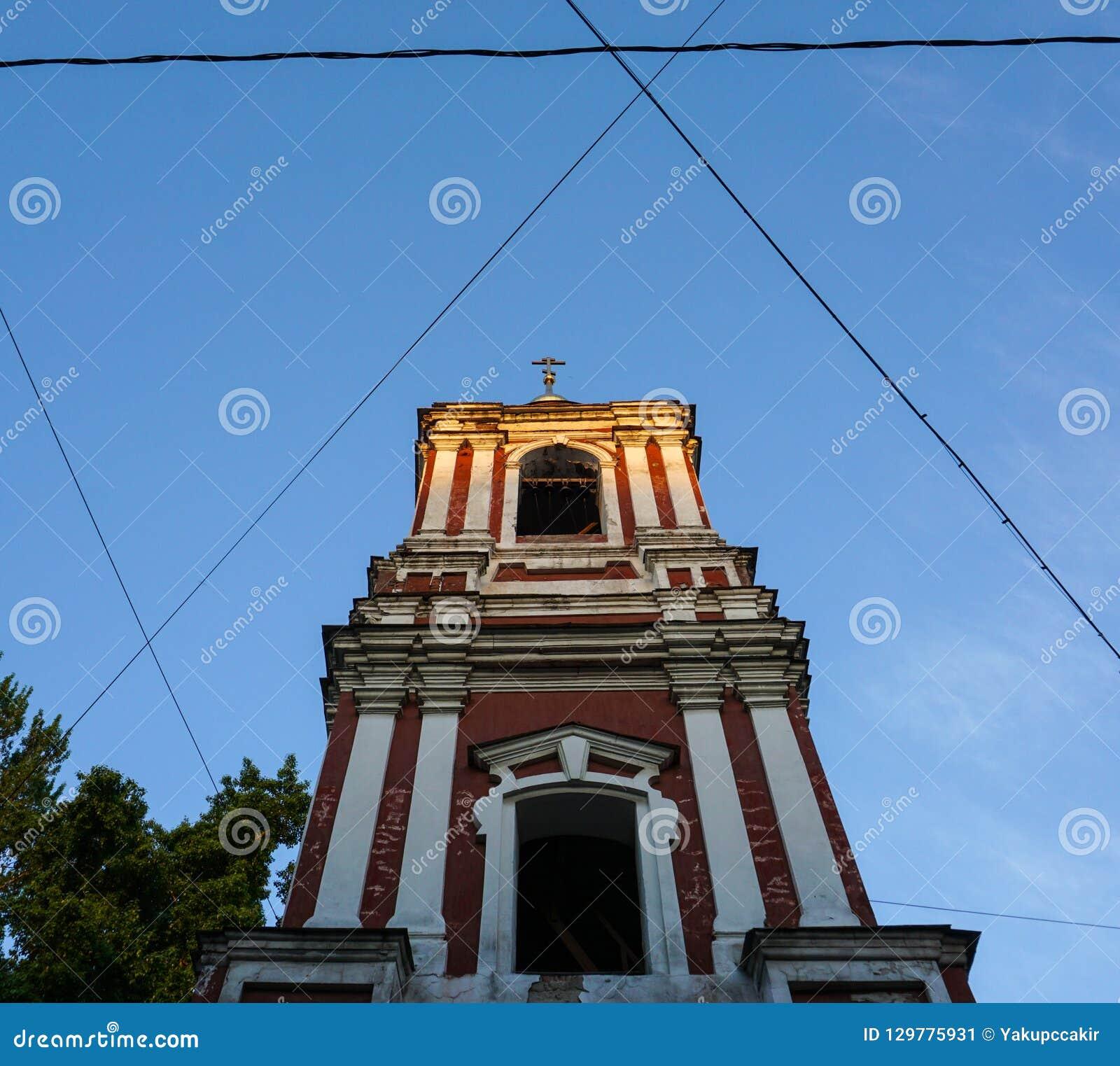 Orthodoxes Kapellenturmäußeres innerhalb der symmetrischen Kabel