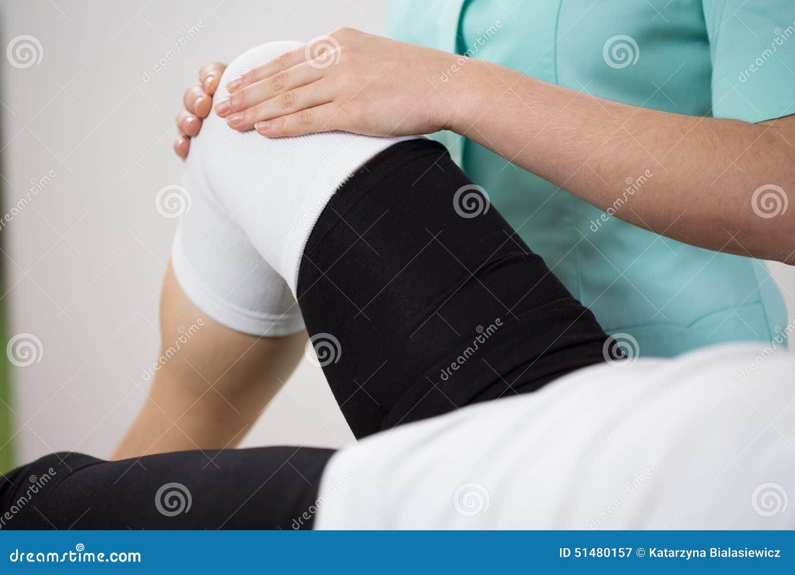 Orthopedic diagnosing painful knee