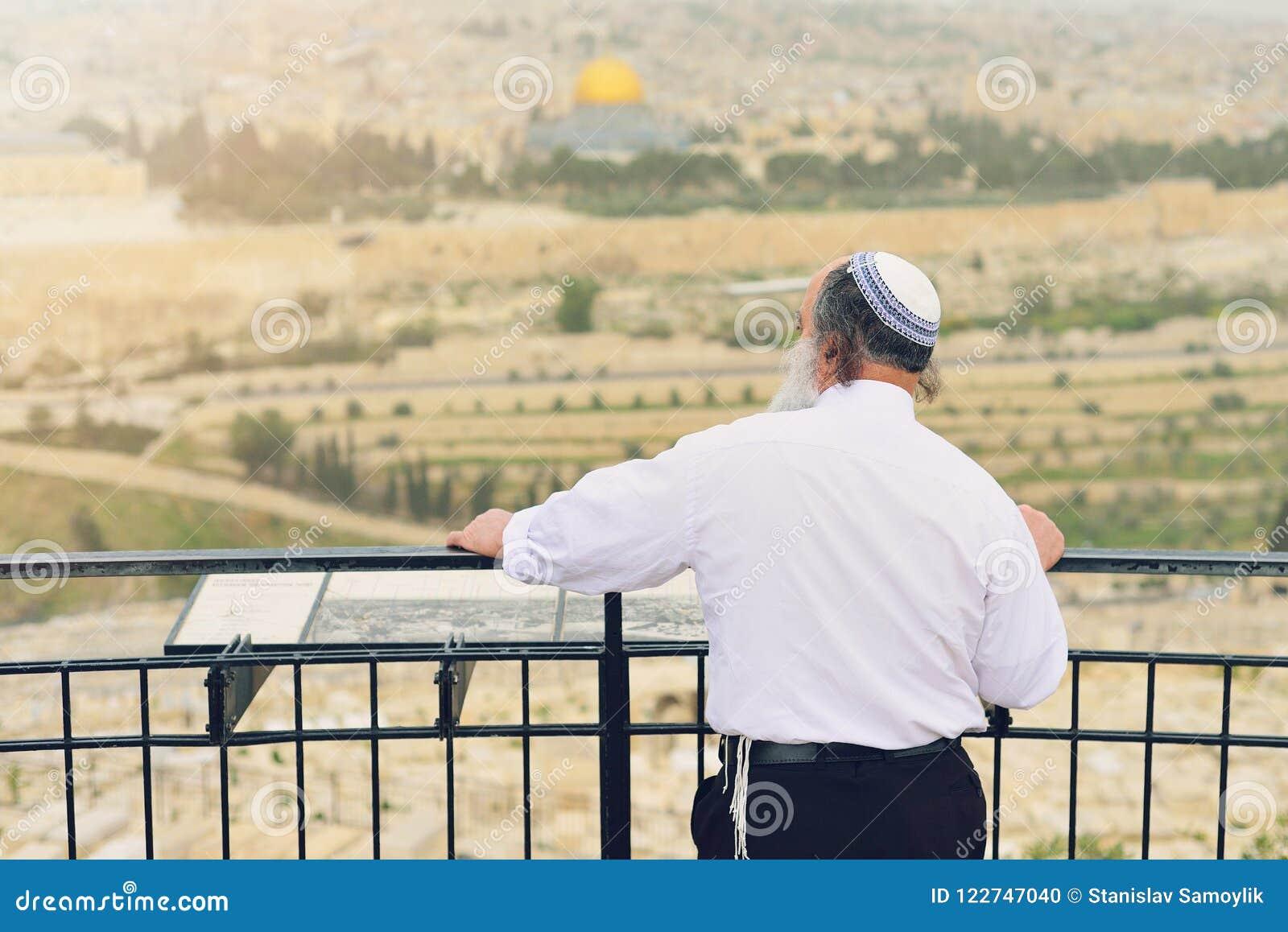 Ortodox jude på bakgrunden av Jerusalem Begreppet av religionen Den touristic bilden av Israel