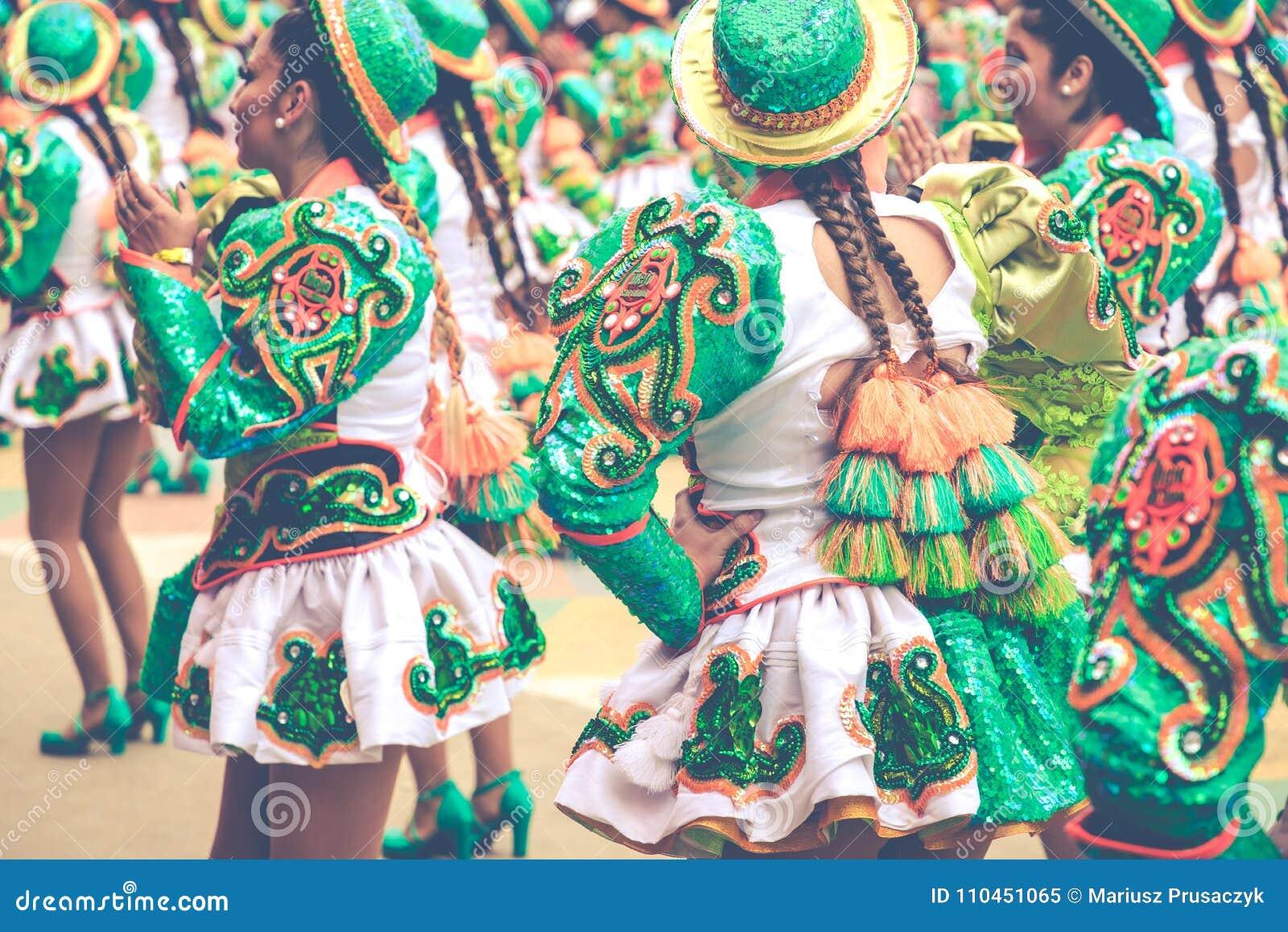 ORURO BOLIVIA - FEBRUARI 10, 2018: Dansare på den Oruro karnevalet in