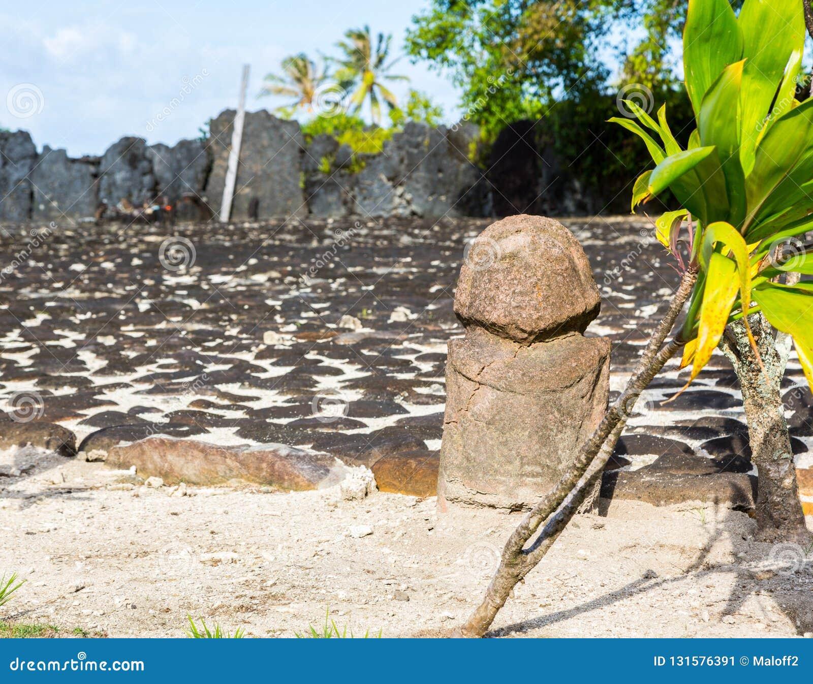 Oryginalny antyczny kamień rzeźbił tik polinezyjczyka idola świętą statuę, miejsce Marae Taputapuatea, Raiatea Społeczeństwo wysp