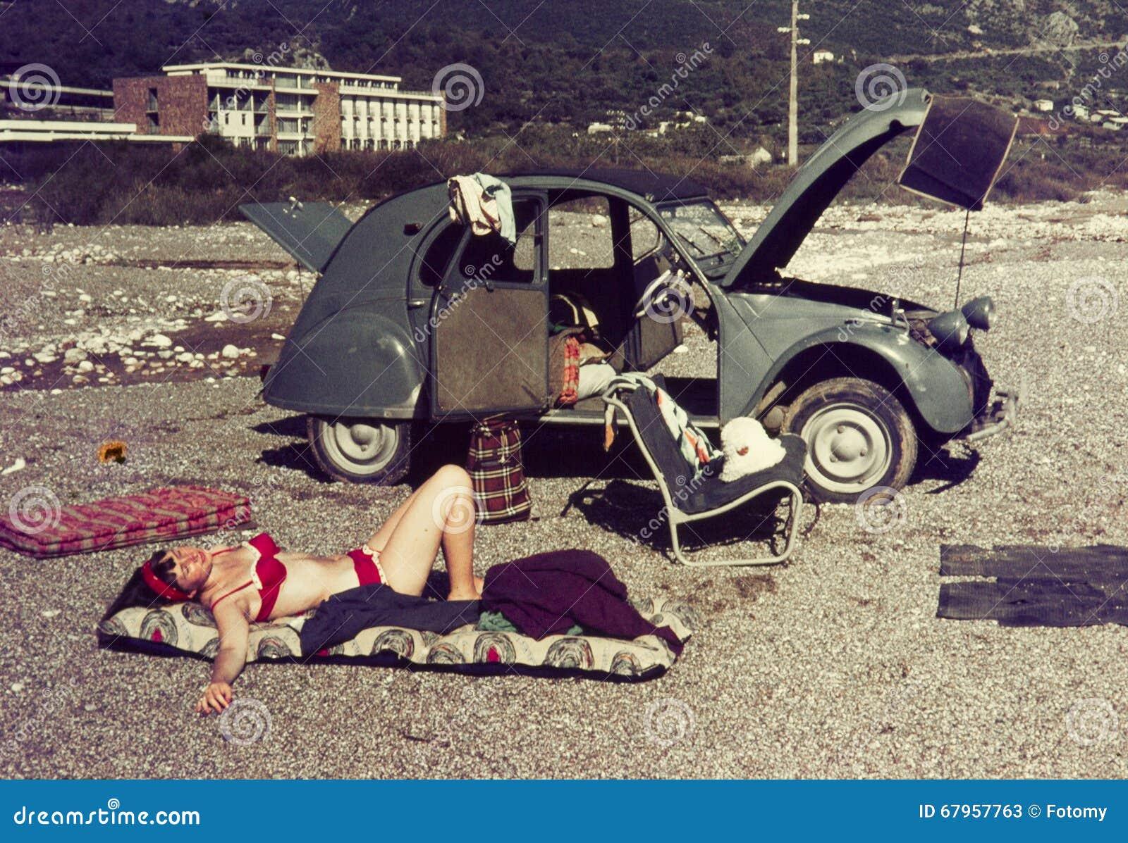 Oryginalny rocznika colour obruszenie od 1960s, młoda kobieta relaksuje o