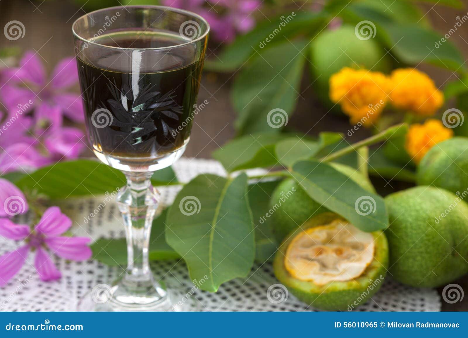 Orzecha włoskiego ajerkoniak z zielonymi orzechami włoskimi