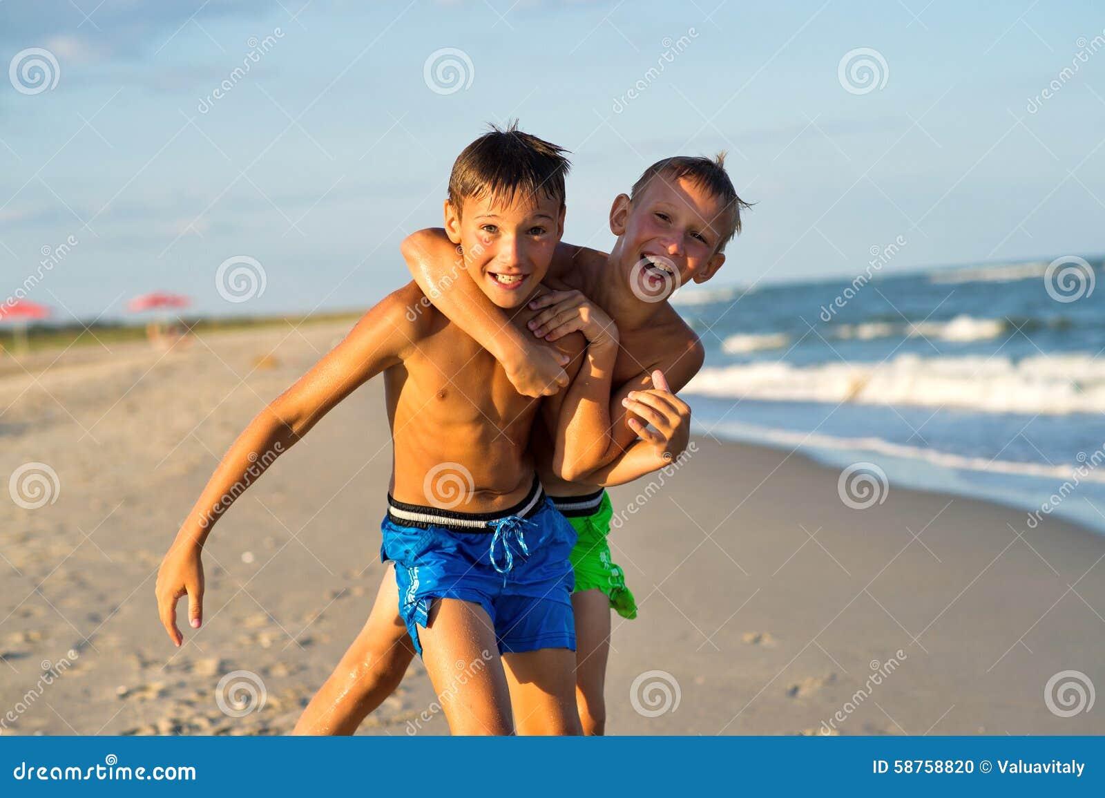 Os adolescentes que jogam no mar encalham no verão