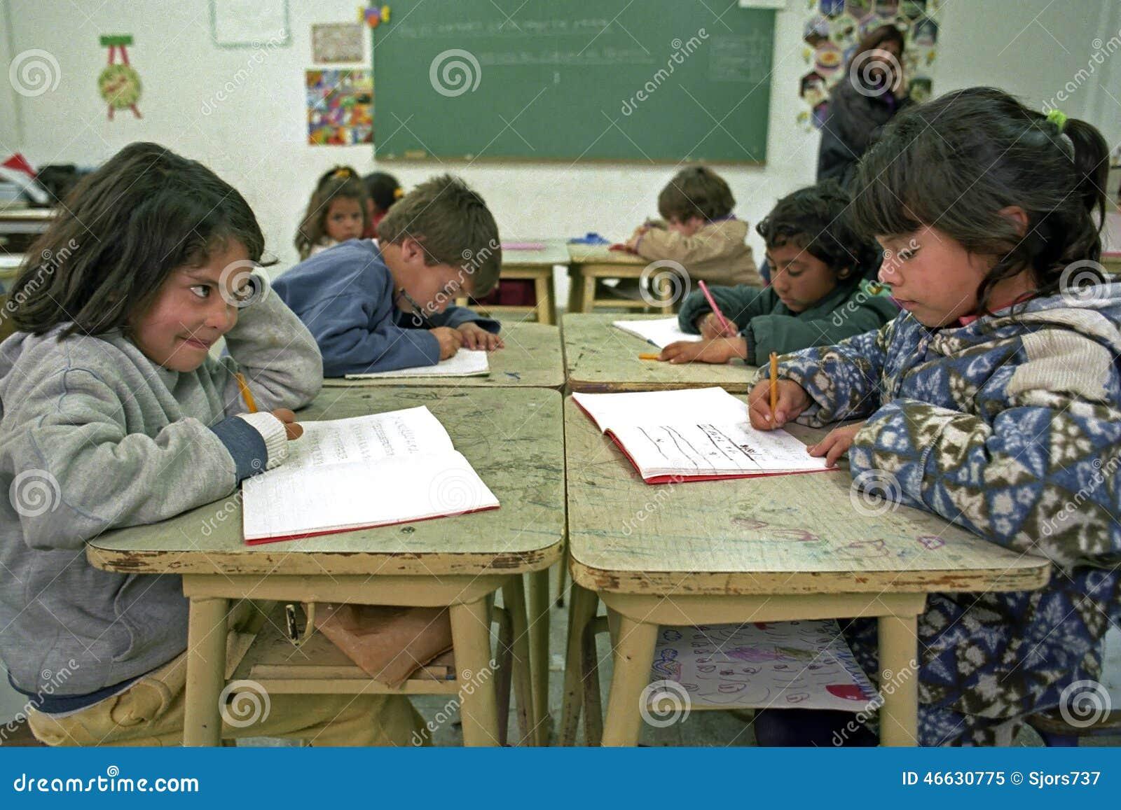 Os alunos da educação têm lições da escrita na sala de aula