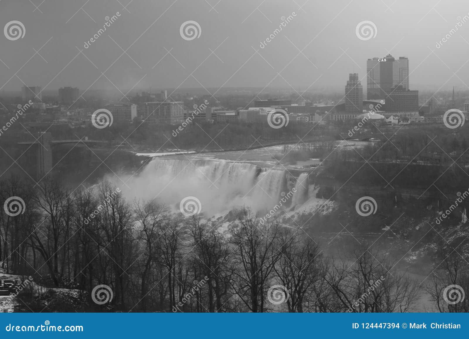 Os americanos de Niagara Falls caem em preto e branco