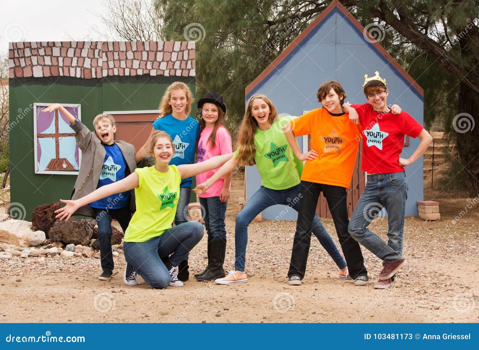 Os amigos em acampamento ativo levantam junto