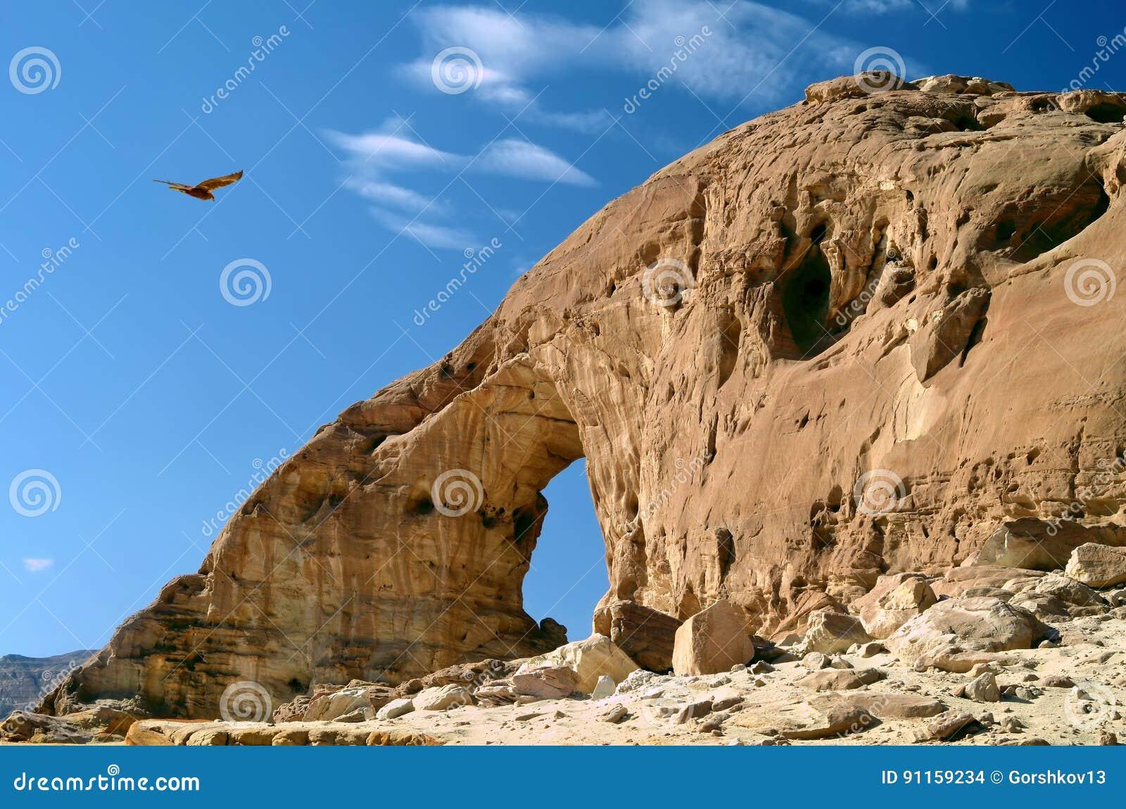 Os arcos e antigo revestem no parque de Timna, Israel