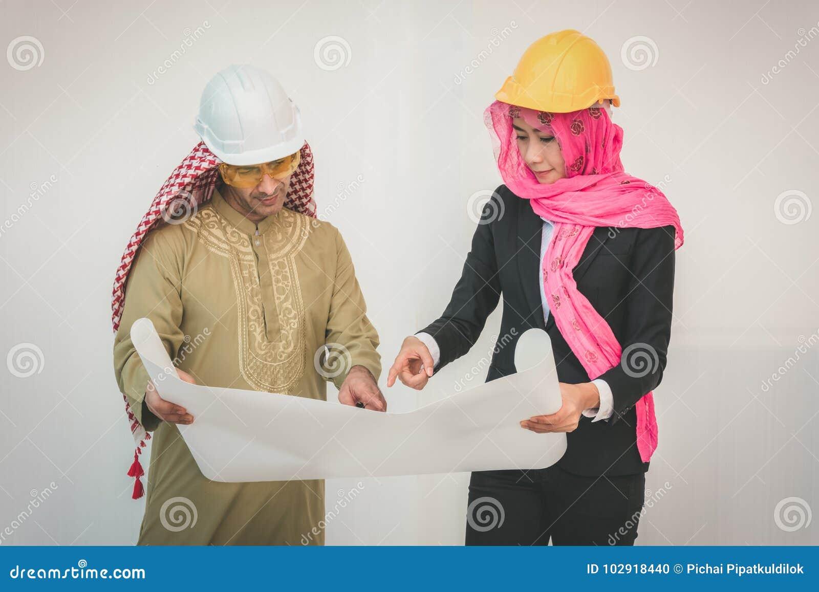 Os arquitetos árabes estão planejando o projeto novo