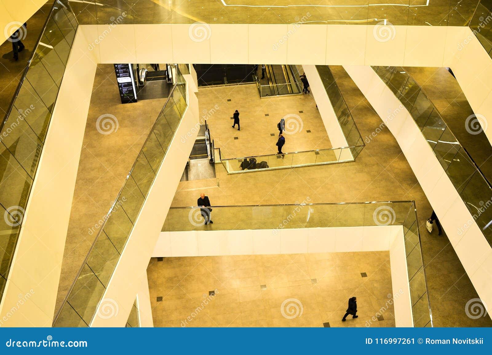 Os assoalhos superiores dentro da galeria do shopping da cidade de Minsk, Bielorrússia, em fevereiro de 2017 blurry