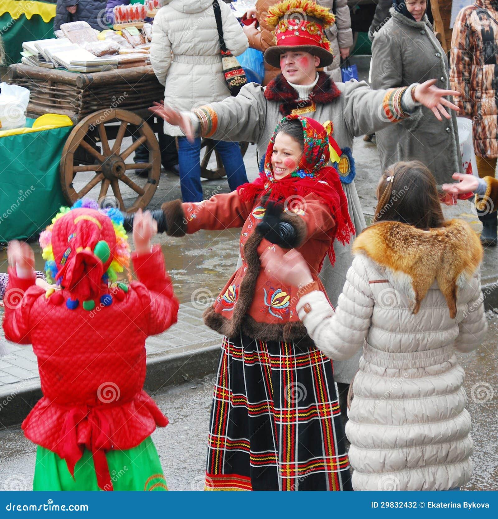 Os atores da rua amuzing o público