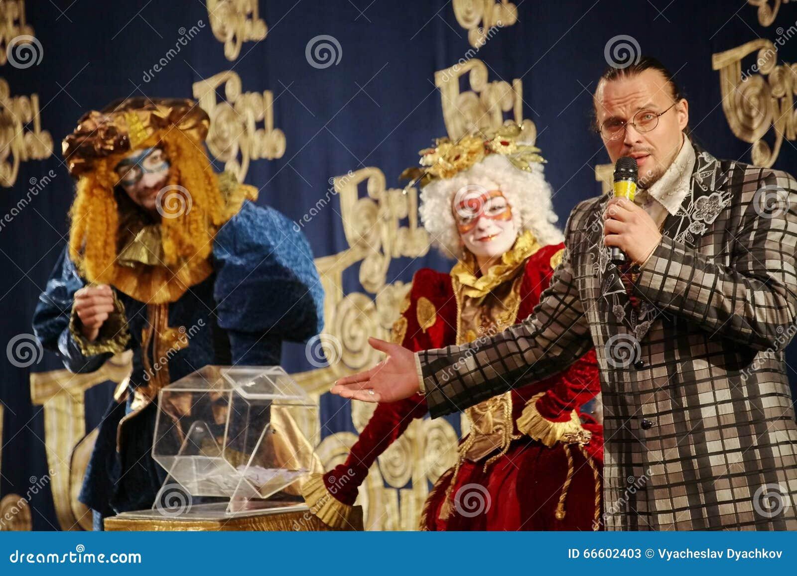 Os atores do cavalheiro de vagueamento Pezho das bonecas do teatro no lustre do teatro