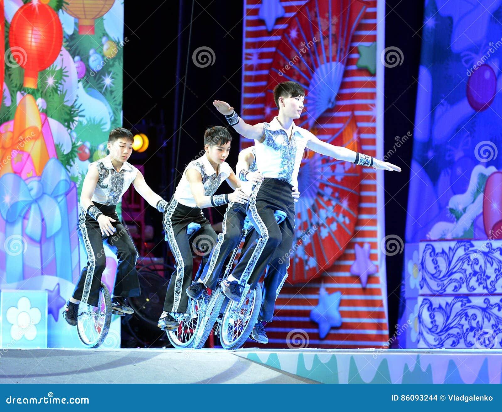 Os atores do circo chinês executam em nosso jogo de natividade na arcada