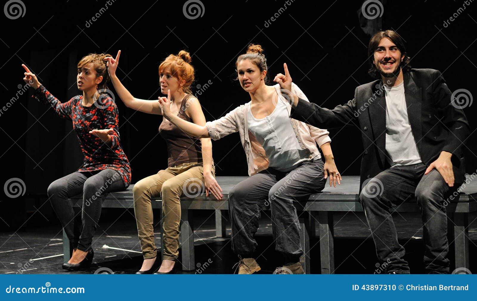 Os atores do teatro de Barcelona instituem, jogam na comédia Shakespeare para executivos