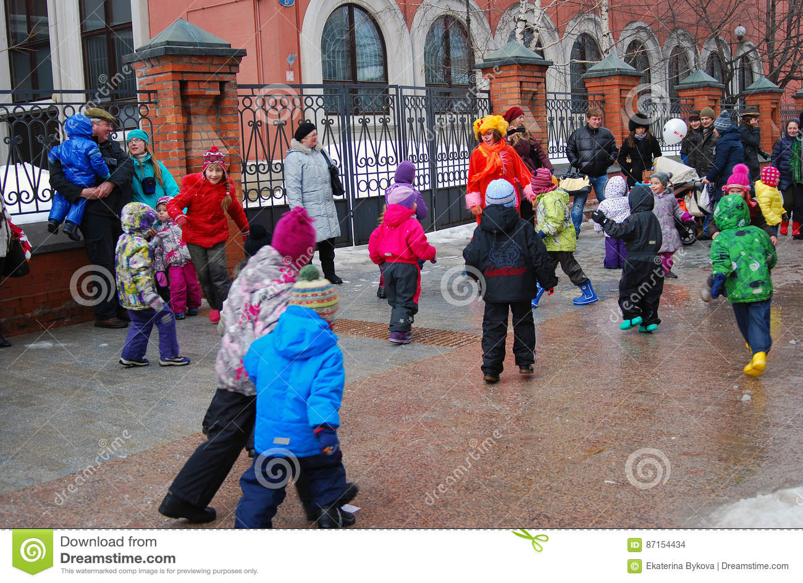 Os atores e as pessoas comuns da rua dançam na rua