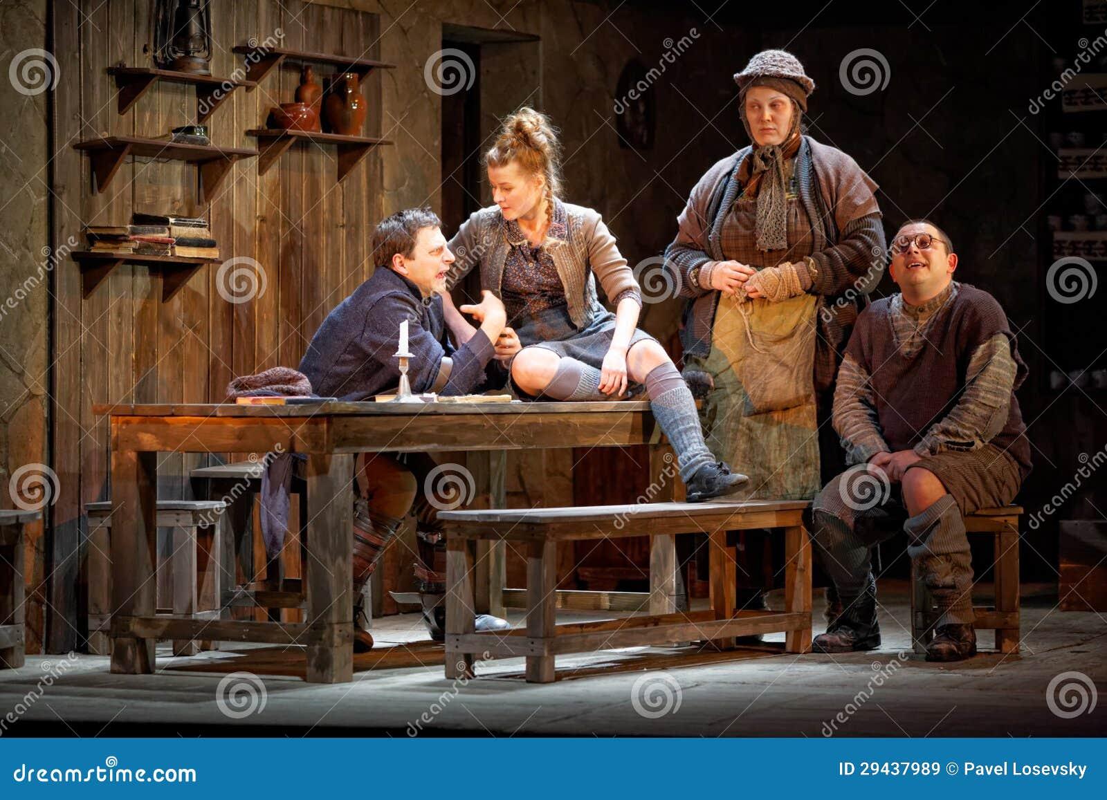 Os atores na fase do teatro de Taganka executam o contemporâneo famoso playby