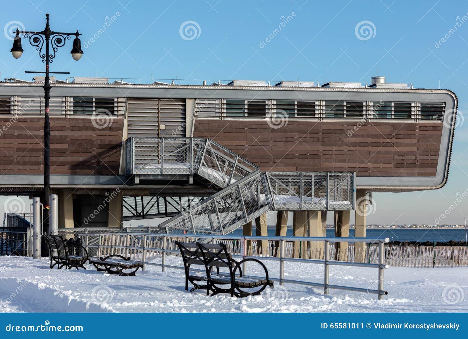 Os banheiros futuristas de Coney Island