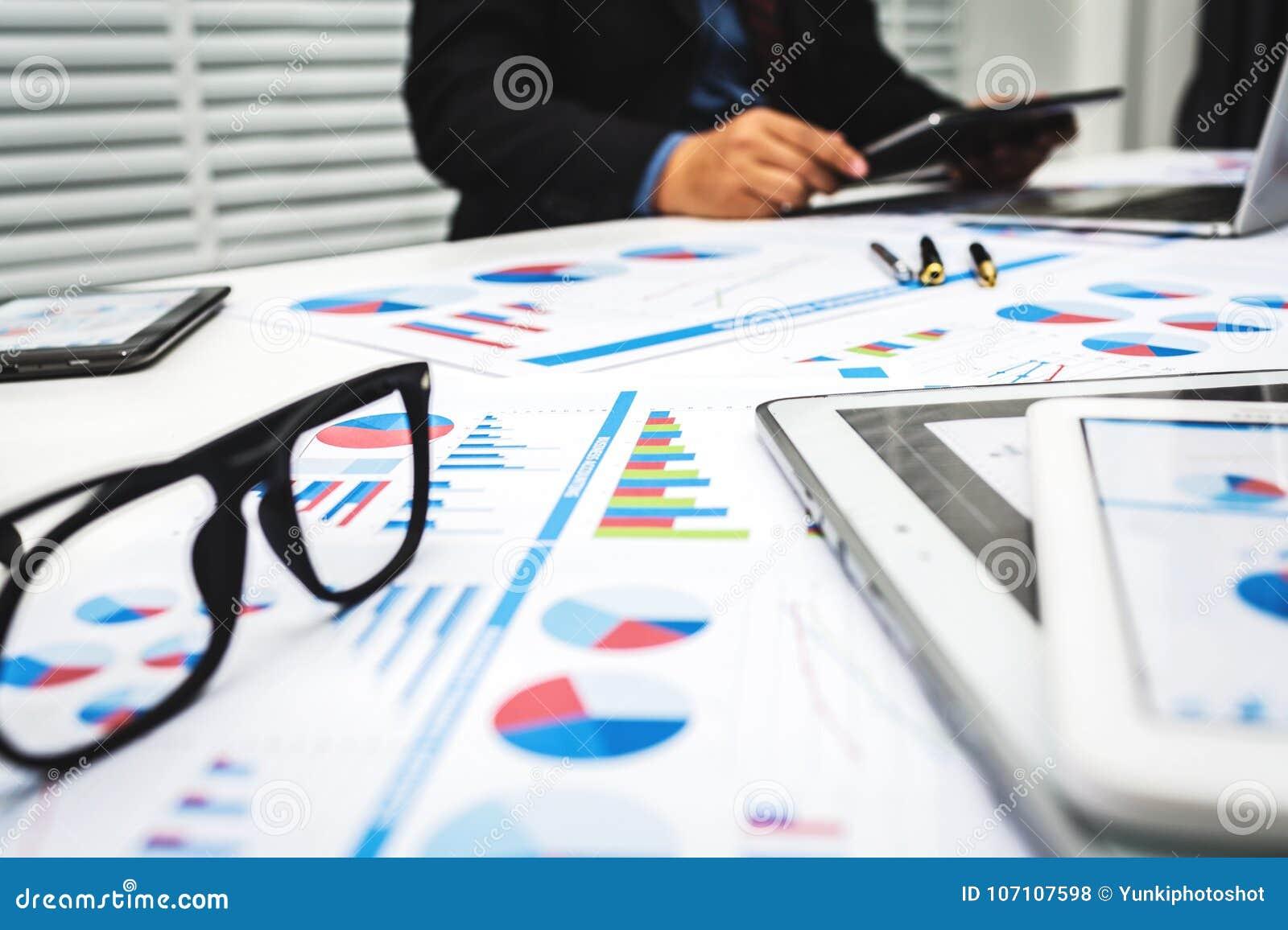 Os banqueiros estão analisando dados financeiros