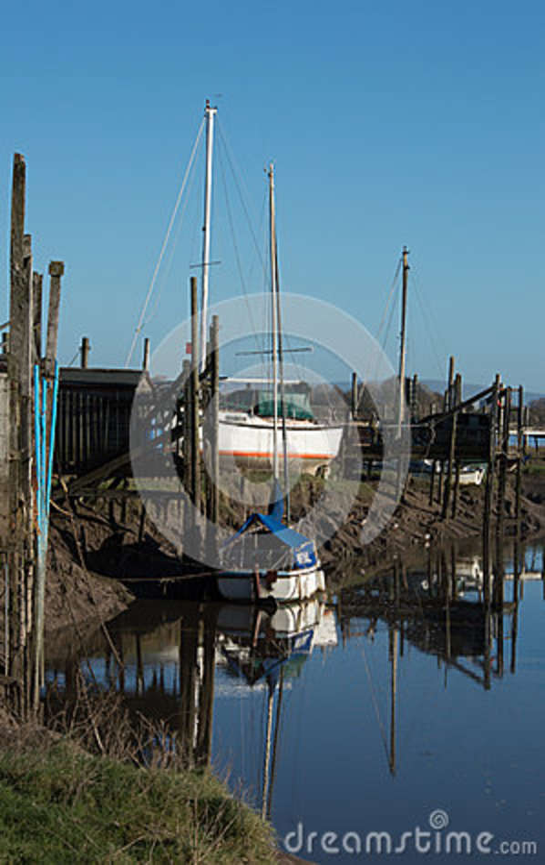 Os barcos amarraram pelo rio Wyre em Thornton Cleveleys