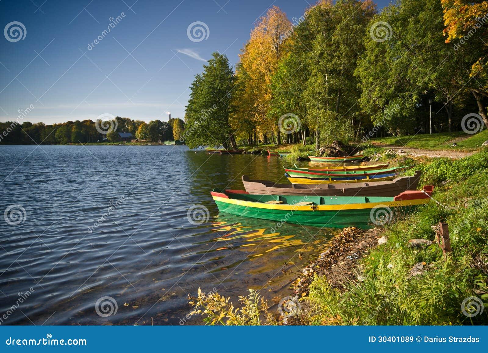 Os barcos aproximam o lago