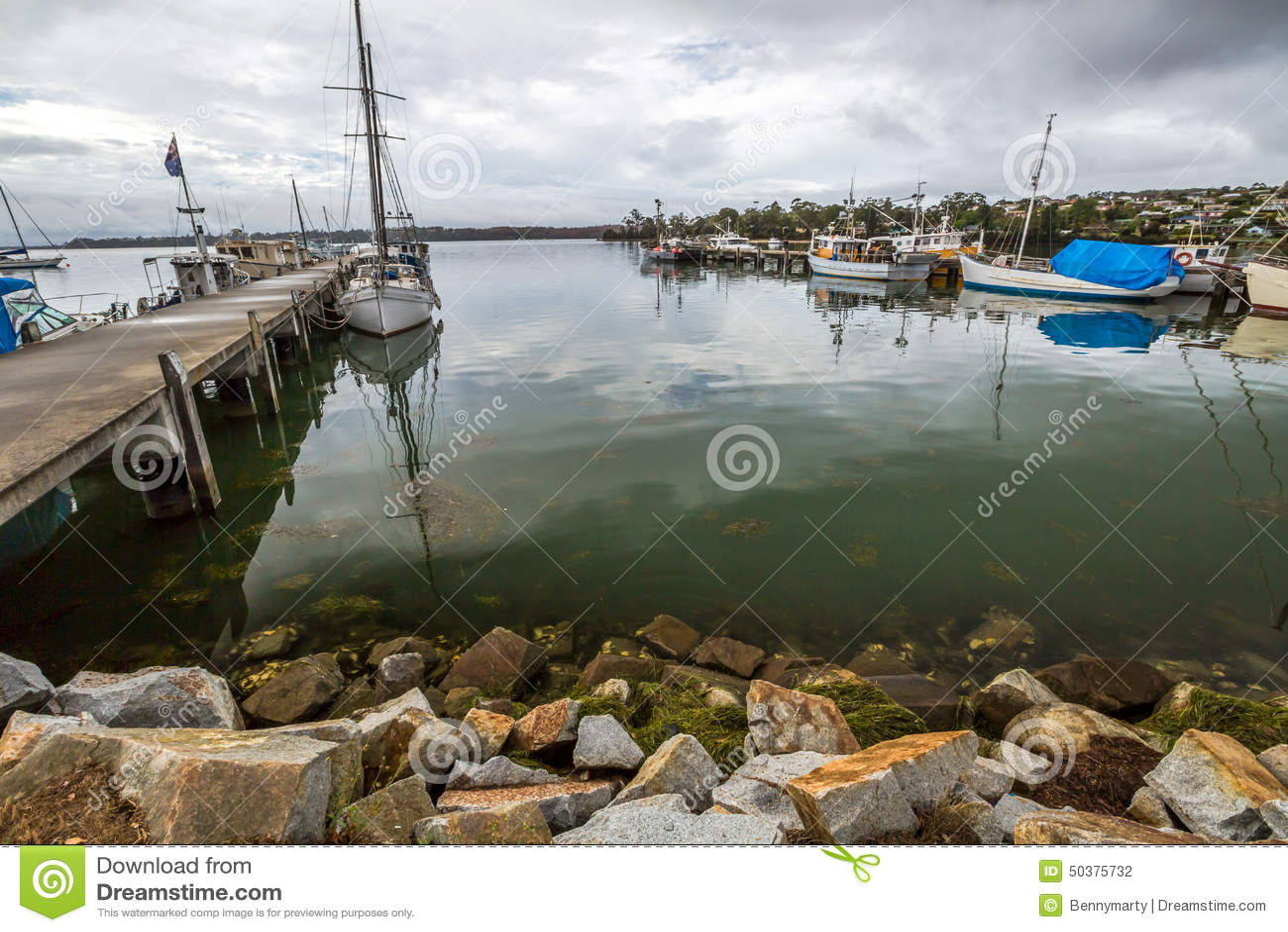 Os barcos de pesca entraram no molhe, baía dos fogos