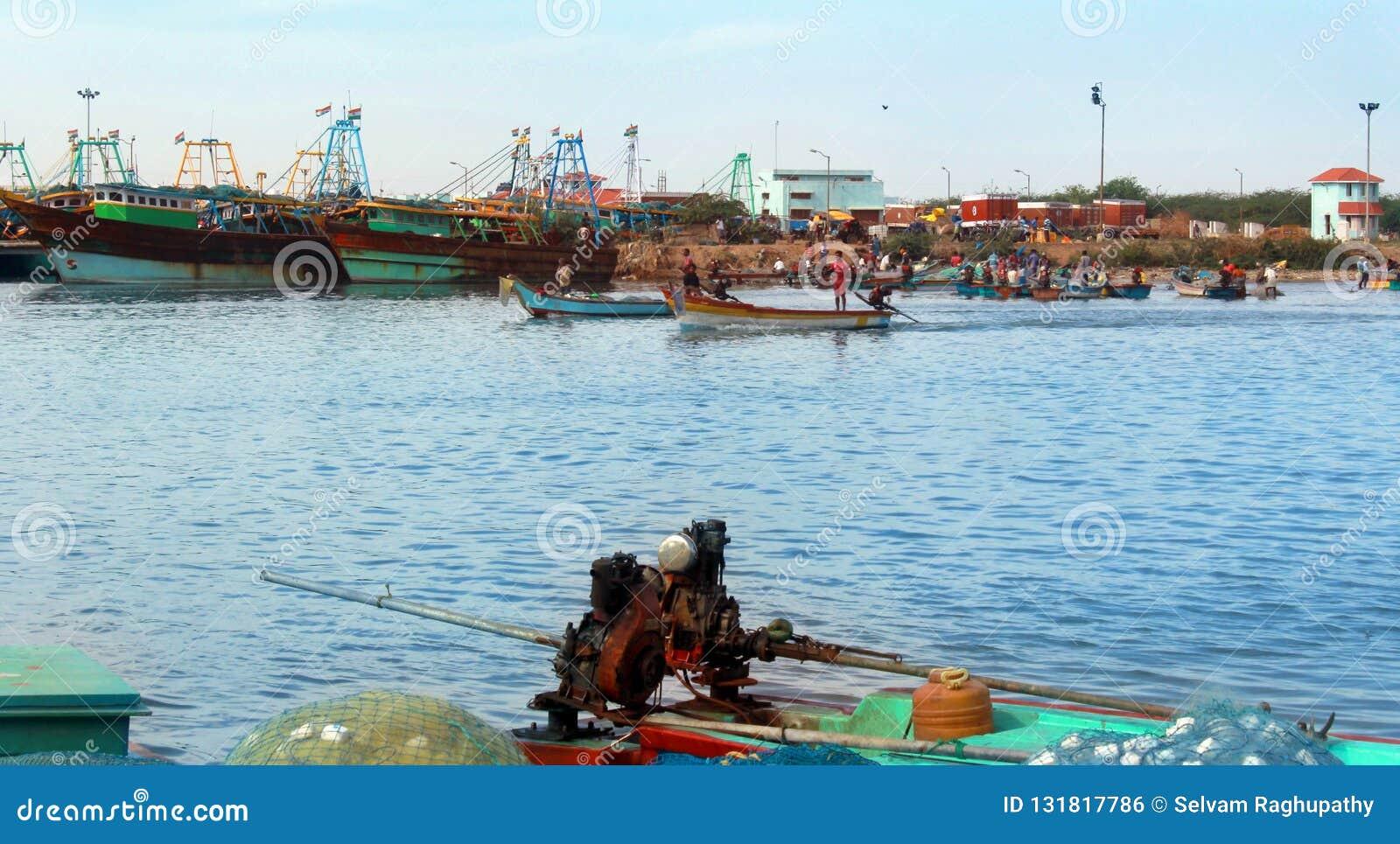 Os barcos do pescador com mercado de peixes