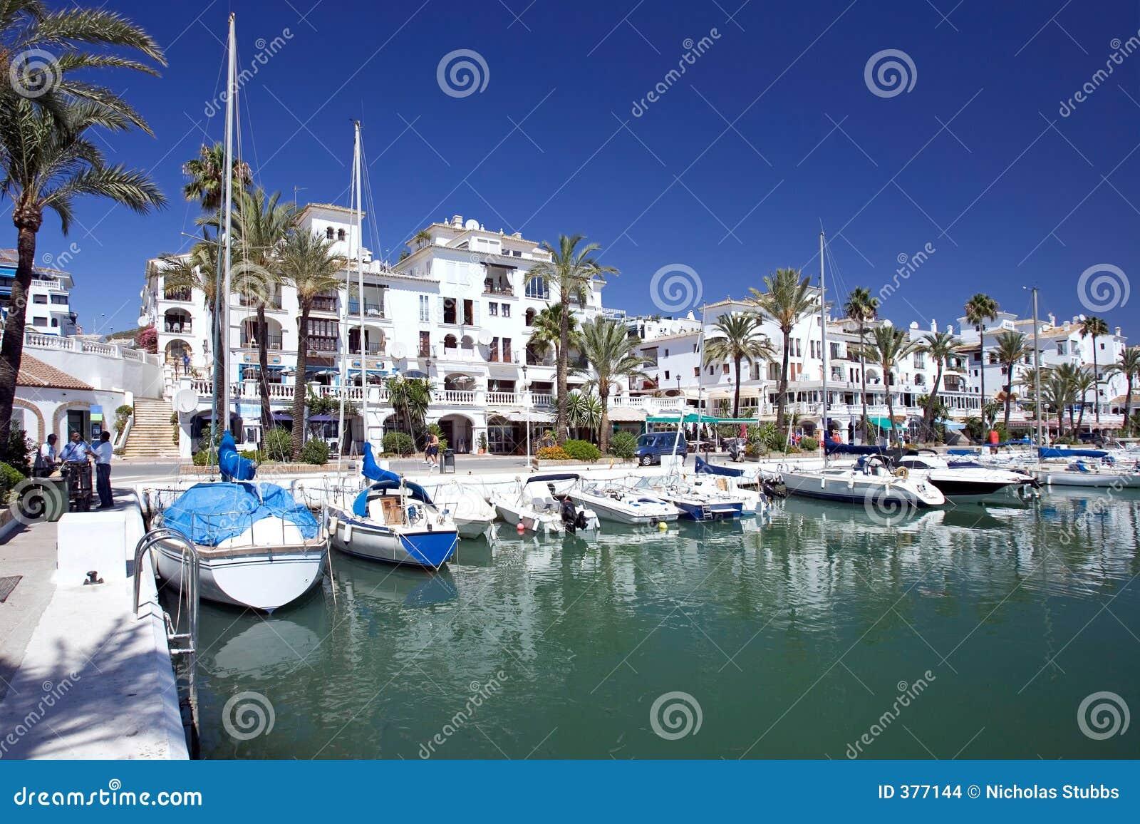 Os barcos e os iate amarraram na porta de Duquesa em Spain na costela de