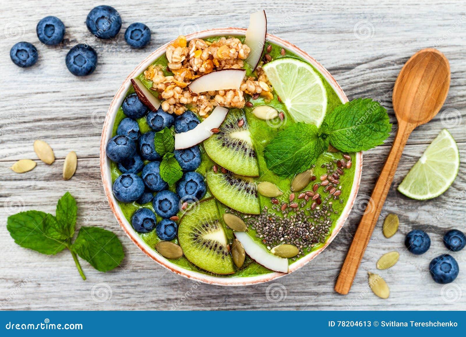 Os batidos dos superfoods do café da manhã do chá verde de Matcha rolam coberto com as sementes do chia, do linho e de abóbora, p