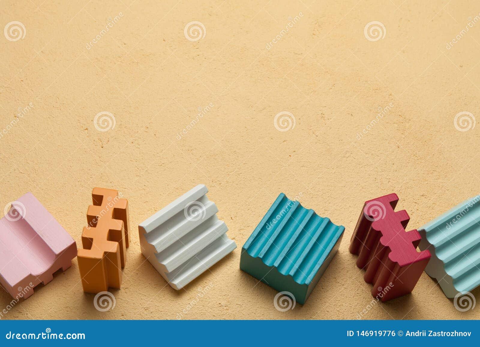 Os blocos das crianças com cubos coloridos, espaço vazio para o texto
