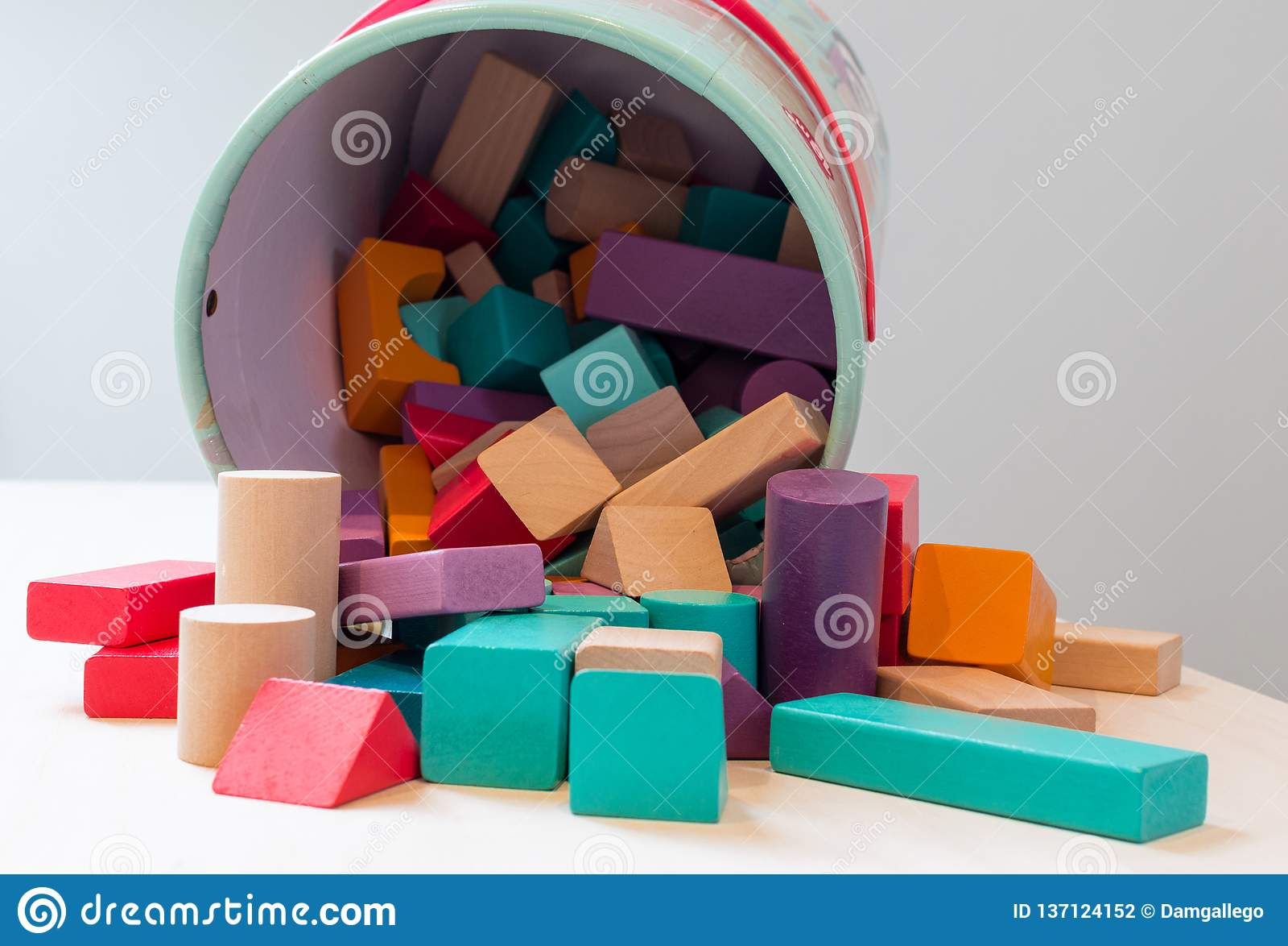 Os blocos dos brinquedos, tijolos de madeira multicoloridos, partes coloridas do jogo da construção das crianças das crianças org