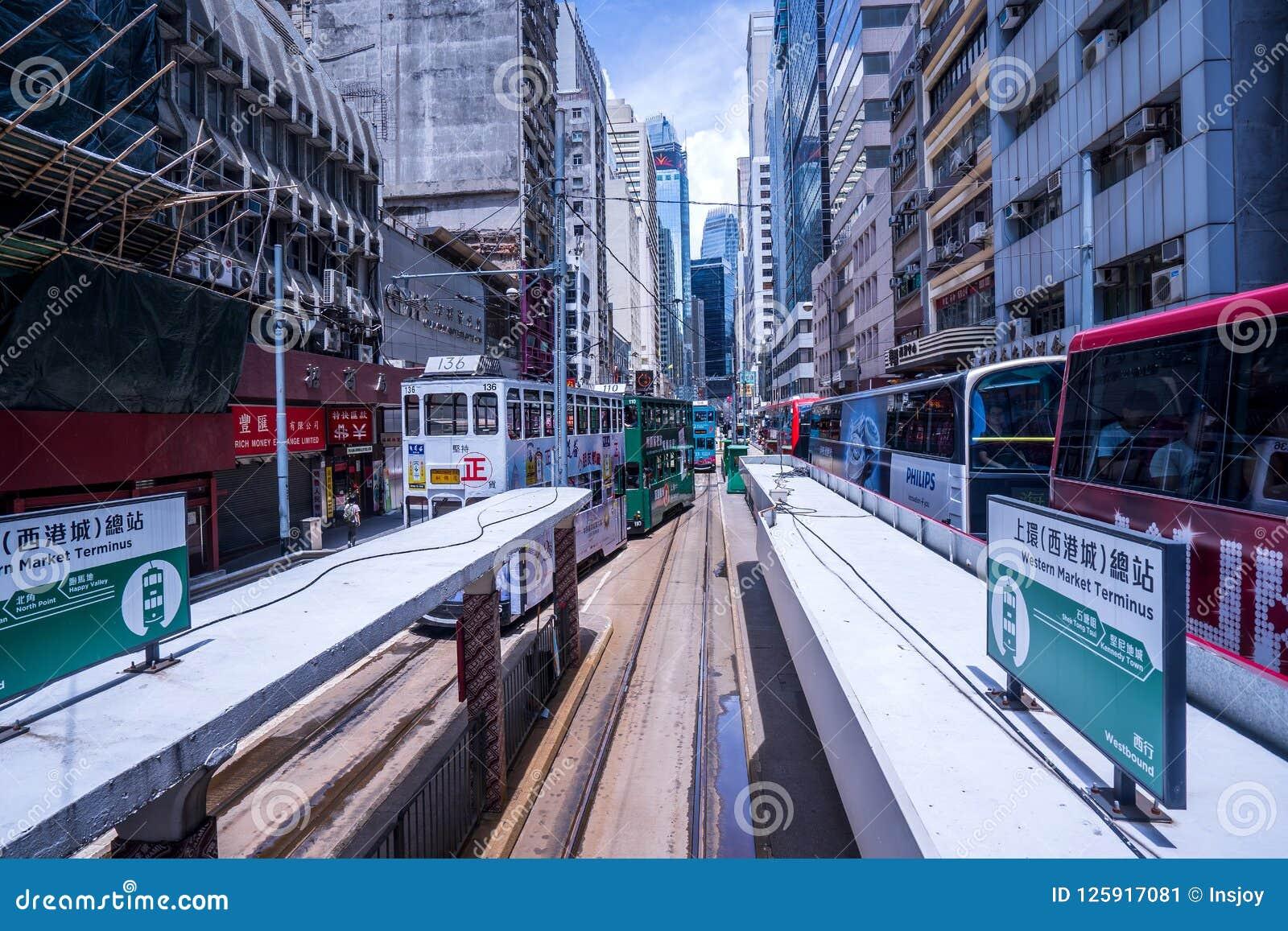 Os bondes de Hong Kong, bondes do ` s de Hong Kong correm em dois sentidos -- os passageiros do leste e os ocidentais inclinam-se