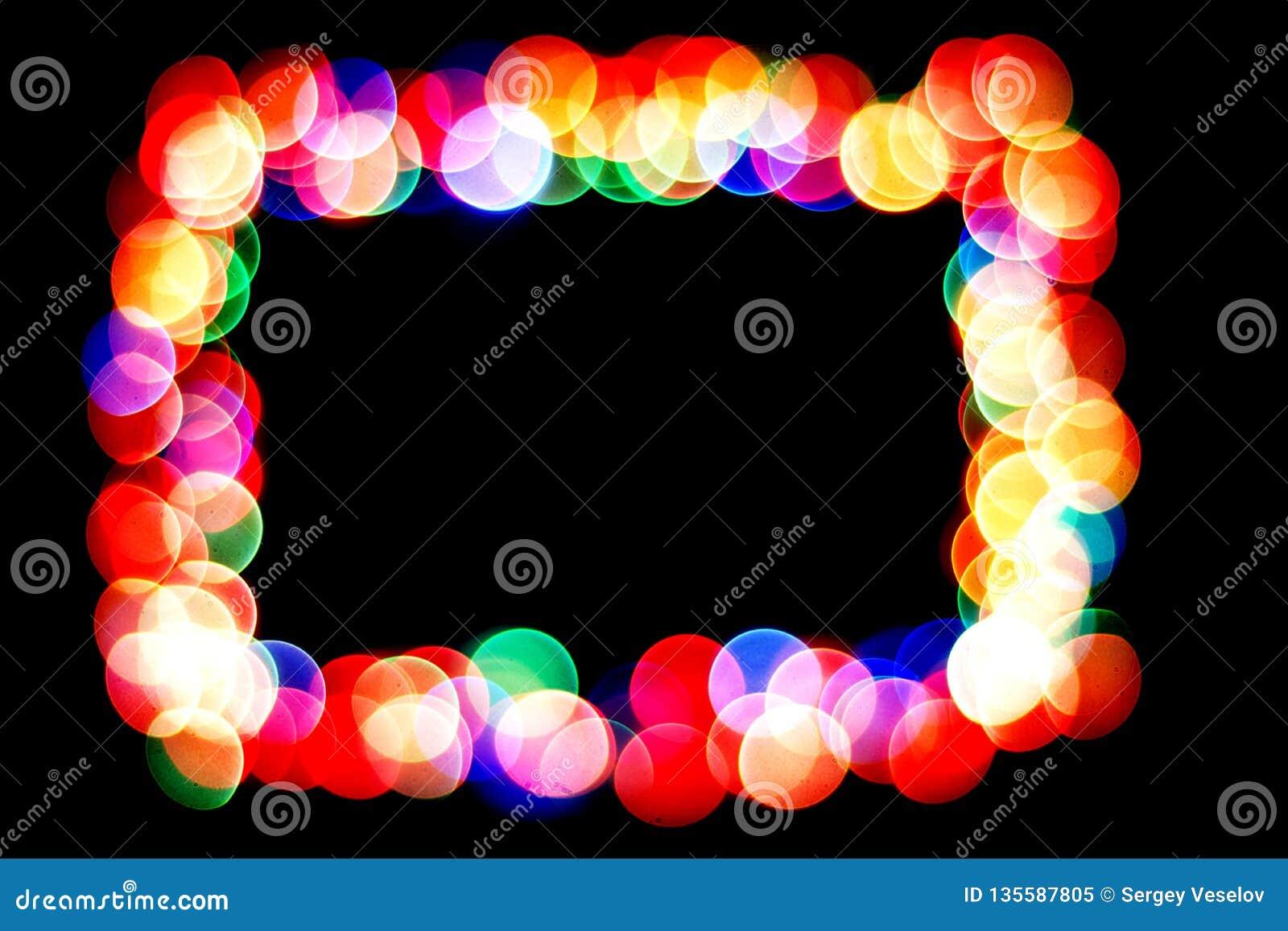 Os círculos coloridos formam um quadro círculo do bokeh isolado no fundo preto Quadro dos círculos