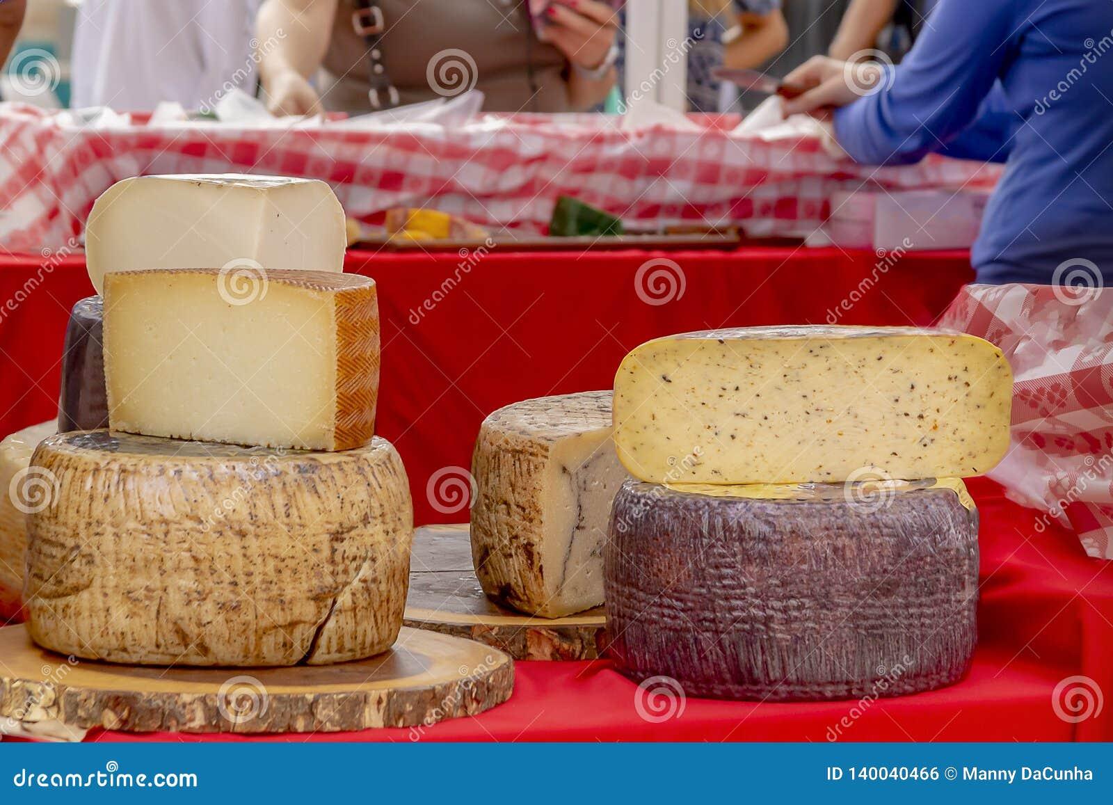 Os círculos empilhados do queijo forem indicados no mercado exterior dos fazendeiros quando loja dos povos