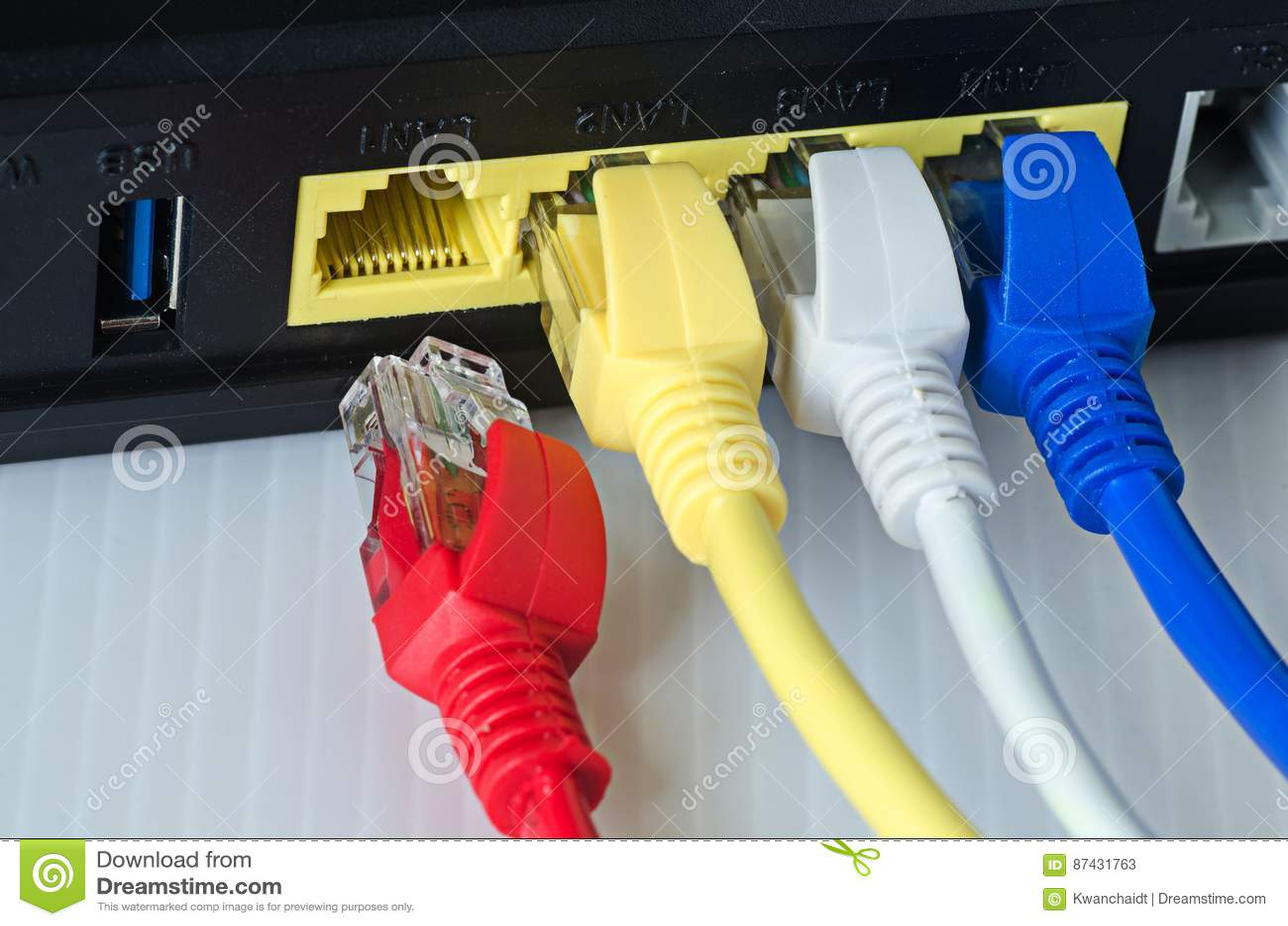 Os cabos ethernet conectam ao roteador ou ao interruptor