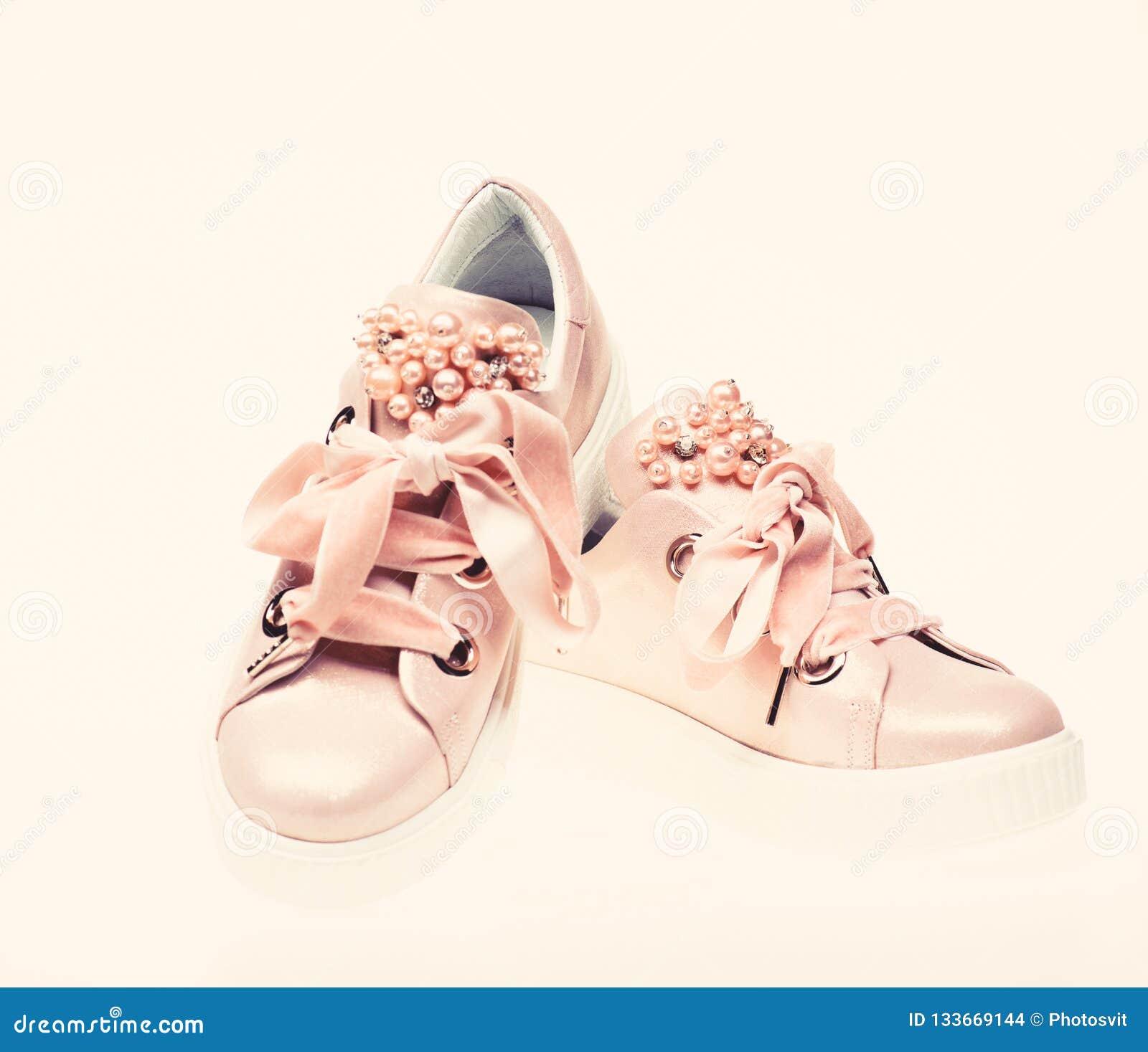 bd731454a2 Os calçados para as meninas e as mulheres decoradas com pérola perlam Pares  de pálido - sapatilhas fêmeas cor-de-rosa com fitas de veludo Conceito na  moda ...