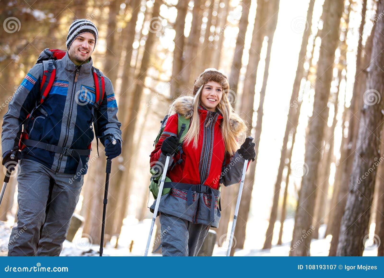 Os caminhantes acoplam-se no feriado de inverno na montanha
