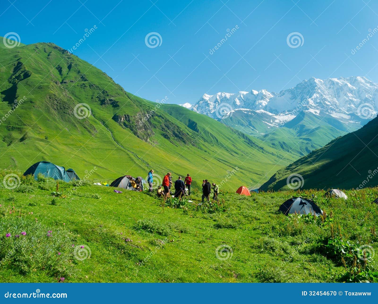 Os caminhantes comem o café da manhã no acampamento